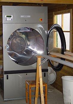 photo de l'atelier de nettoyage avec sa machine à laver adaptée